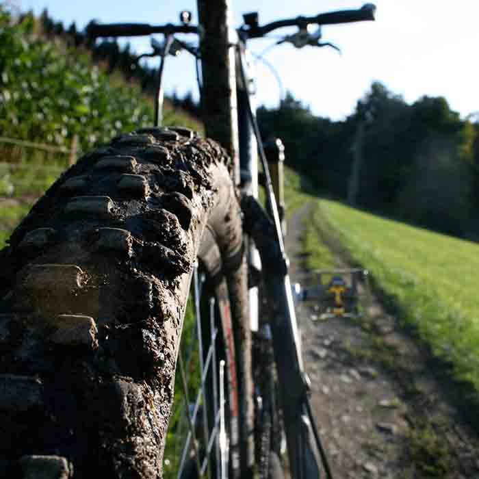 mountainbiken door de omgeving