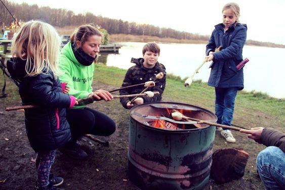 Kinderen bakken hun eigen broodje samen met moedertje groen als onderdeel van een kinderfeestje