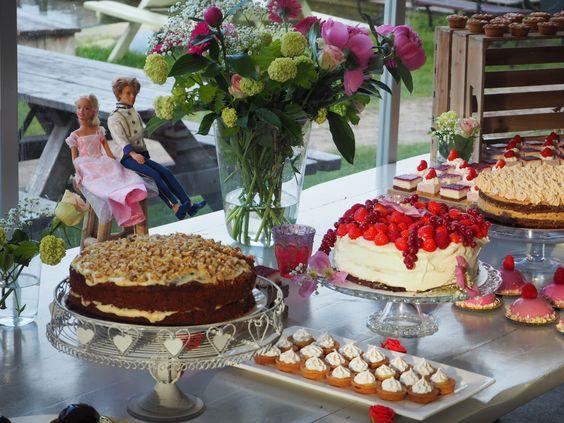 Verschillende taarten op taartenbuffet tijdens bruiloft