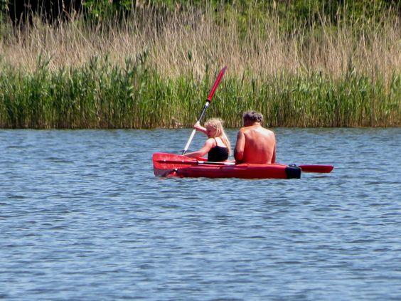 Kinderen in een kayak op het meer