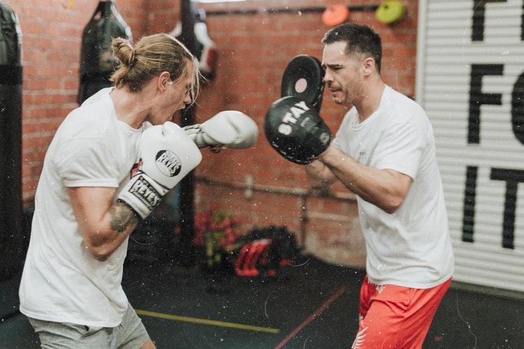 Twee mensen die kickboksen